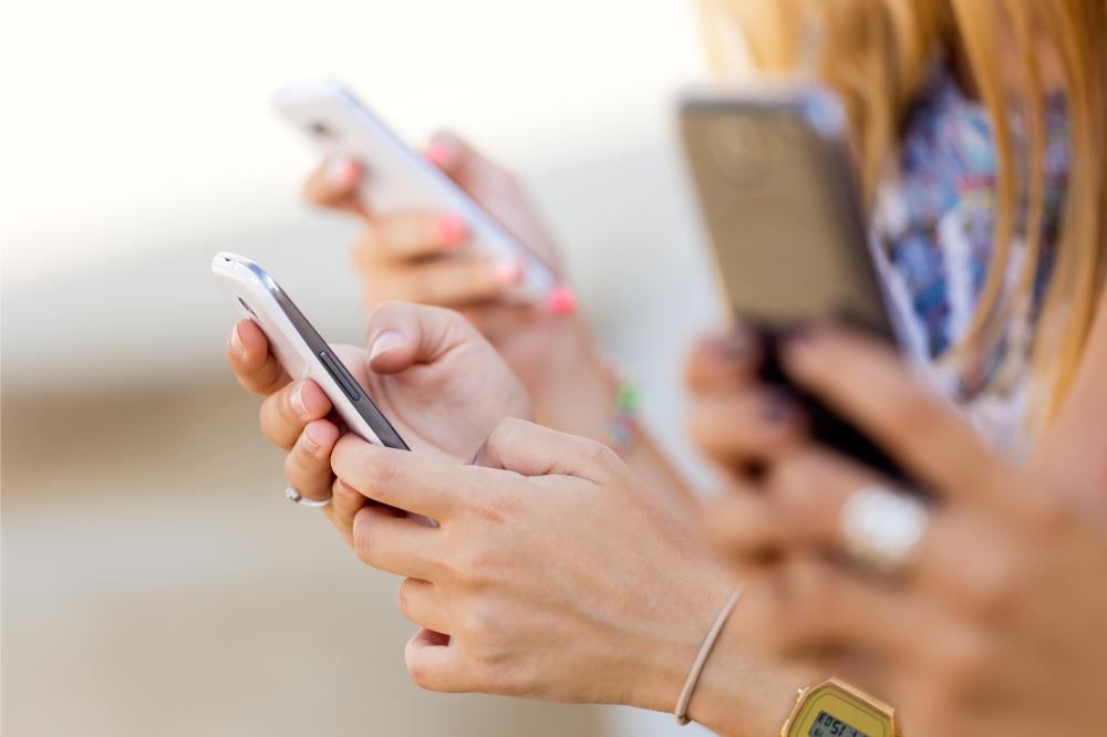 Bild Frauen mit Handys in der Hand